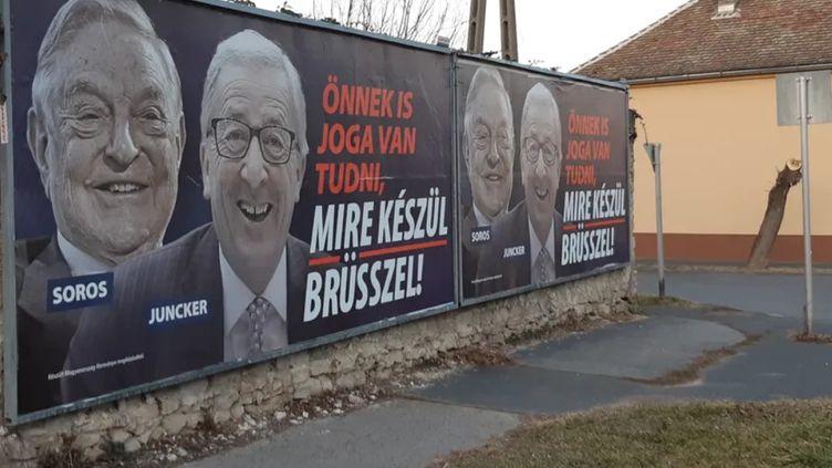 En Hongrie, des affiches disent que le milliardaire américain G.Soros et le président de la Commission Européenne J-C.Juncker complotent pour faire venir des migrants en Hongrie. (ERIC BIEGALA / RADIO FRANCE)