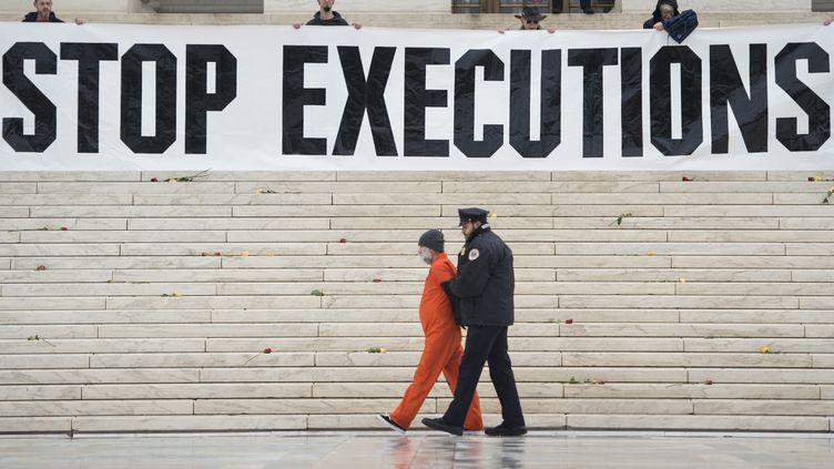 Un opposant à la peine de mort est arrêté lors d'une manifestation devant la Cour suprême, à Washington (Etats-Unis), le 17 janvier 2017. (BRENDAN SMIALOWSKI / AFP)