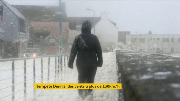 La tempête Dennis a soufflé fort en Bretagne (FRANCEINFO)