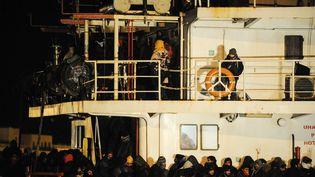 """Des migrants à bord du cargo """"Blue Sky M"""" le 31 décembre 2014 à leur arrivée dans le port de Gallipoli (Italie). (NUNZIO GIOVE / AFP)"""