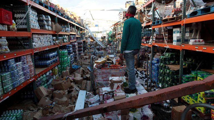 Un homme se tient debout au milieu d'un supermarché détruit par l'ouragan Maria à Salinas (Porto Rico), le 29 septembre 2017. (ALVIN BAEZ / REUTERS)