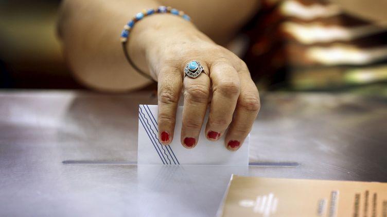 Dans un bureau de vote sur l'île deKastellorizo, en Grèce, le 5 juillet 2015. (CATHAL MCNAUGHTON / REUTERS)