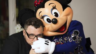 Alber Elbaz et Minnie habillée en robe Lanvin (mars 2013)  (Disneyland Paris)