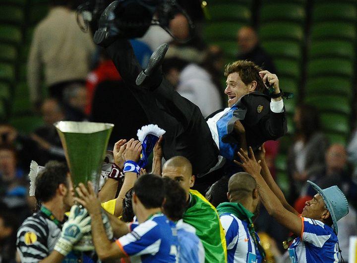 Andre Villas-Boas porté en triomphe par ses joueurs après le sacre de Porto en 2011 en Europa League. (PAUL ELLIS / AFP)