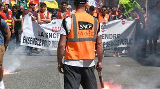 Un salarié de la SNCF lors d'une manifestation, le 19 avril 2018, à Toulouse (Haute-Garonne). (PASCAL PAVANI / AFP)