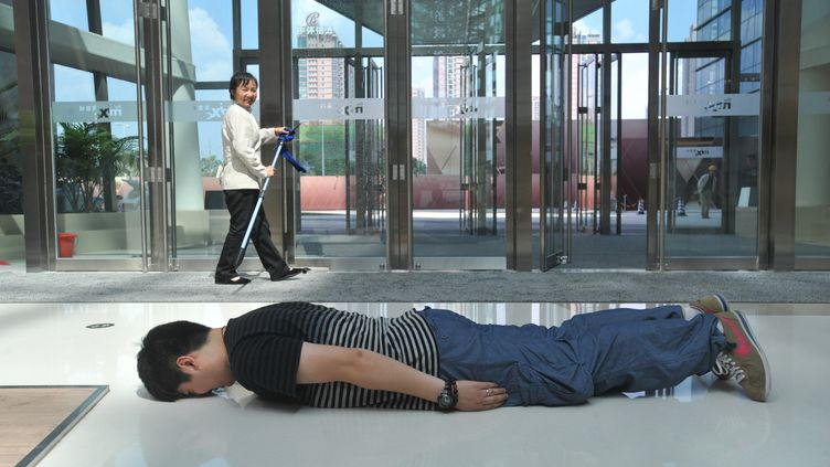 Un amateur de planking chinois, à Shenyang, en Chine, le 1er juin 2011. (SUN XIUMIN / IMAGINECHINA / AFP)