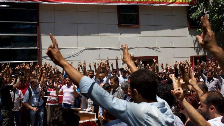 Des manifestants à Suruç (Turquie), sur les lieux de l'attentat-suicide, le 21 juillet 2015. (YONGXIN CHI / CITIZENSIDE.COM / AFP)