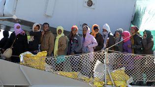 Un bateau de migrants arrive à Messine en Italie le 18 avril 2015. (GIOVANNI ISOLINO / AFP)