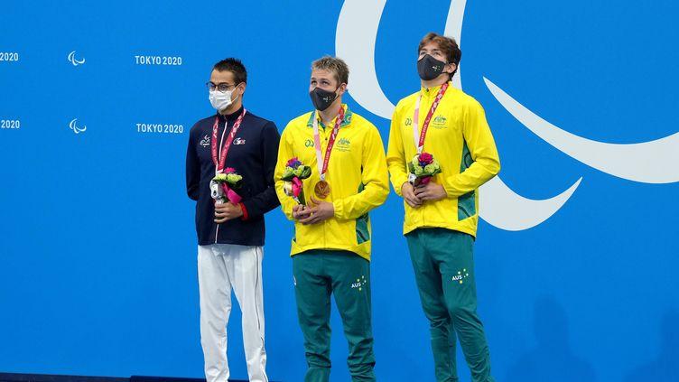 Le Français Ugo Didier (à gauche) savoure sa médaille d'argent décrochée sur le 400 m nage libre S9 des Jeux paralympiques, le 25 août 2021. (MAXPPP)