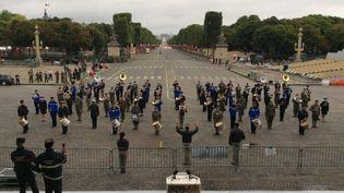 La fanfare interarmées répète, sur les Champs-Elysées, le 12 juillet 2017. (ANNE-LAURE CAILLER)