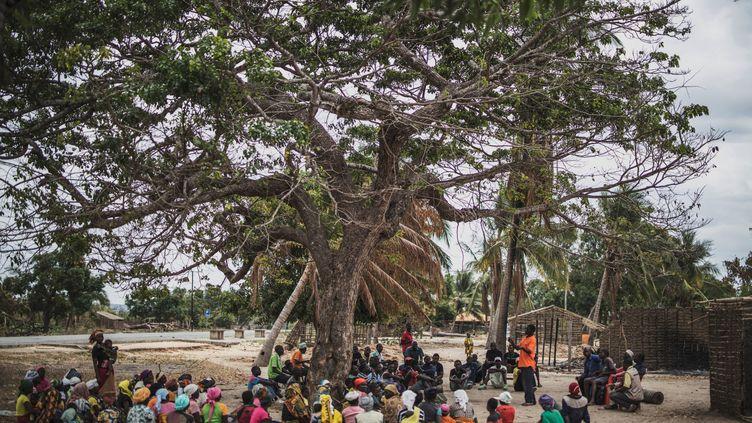 Réunion dans le village d'Aldeia da Paz dans le nord-est du Mozambique. Le 1er août 2019, ce village a rejoint la longue liste des localités victimes d'un groupe islamiste sans visage qui sème la mort et la terreur depuis près de trois ans dans le nord du pays. Photo prise le 24 août 2019. (MARCO LONGARI / AFP)