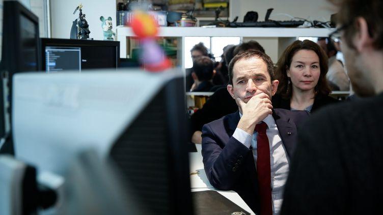 Le candidat socialiste à la présidentielle, Benoît Hamon, visite une entreprise spécialisée dans l'intelligence artificielle, le 27 janvier 2017 à Paris. (MAXPPP)