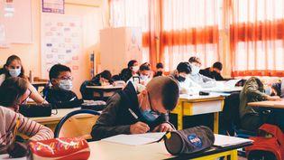 Une classe de CE2 dans une école de Nogent-sur-Oise (Oise), le 26 avril 2021. (DELPHINE LEFEBVRE / HANS LUCAS / AFP)