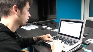 A l'université de Grenoble, la pédagogie inversée permet aux étudiants de suivre les cours sur Internet, avant des sessions en petits groupes avec un professeur. (SOLENNE LE HEN / RADIO FRANCE)