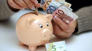 La consommation des ménages français a reculé de 2,1% en janvier 2014, après avoir augmenté de 0,2% en décembre (chiffre révisé), a annoncé l'Insee vendredi 28 février 2014. (DENIS SOLLIER / MAXPPP)