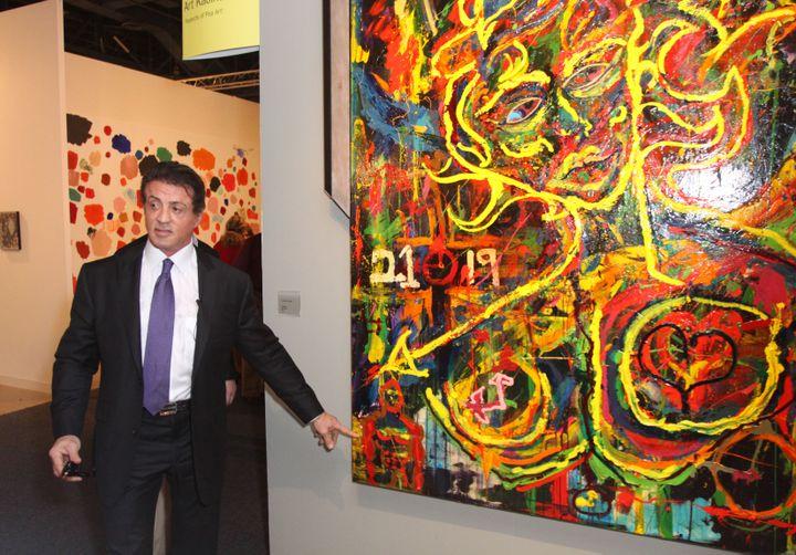 Sylvester Stallone présente une de ses œuvres lors d'une exposition, à Miami (Floride), le 2 décembre 2009. (JOHN PARRA / GETTY IMAGES NORD AMERICA)