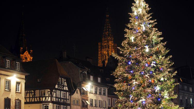 Vue d'une rue de Strasbourg prise le 29 novembre 2008 lors de l'ouverture du traditionnel marché de Noël. (PATRICK HERTZOG / AFP)
