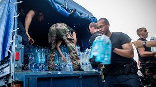 A Saint-Martin, les distributions de vivres ont commencé mais les habitants sont contraints de s'organiser par eux-même pour survivre. (AURELIEN MORISSARD / MAXPPP)