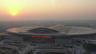 La gigantesque gare deXiong'An, en Chine, vient d'être achevée. Un petit village de 700 habitants a été rasé pour construire ce monstrueux bâtiment grand comme 66 terrains de football. Un symbole de l'expansion du réseau ferroviaire chinois. (CAPTURE ECRAN FRANCE 2)