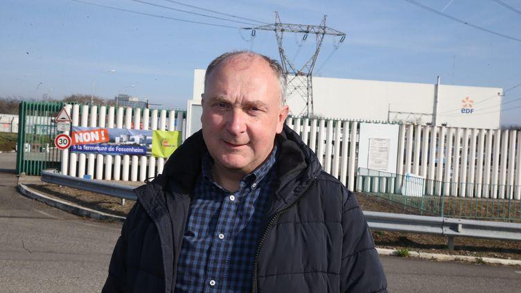 Le maire de Fessenheim, Claude Brender devant la centrale nucléaire. (HERVE KIELWASSER / MAXPPP)