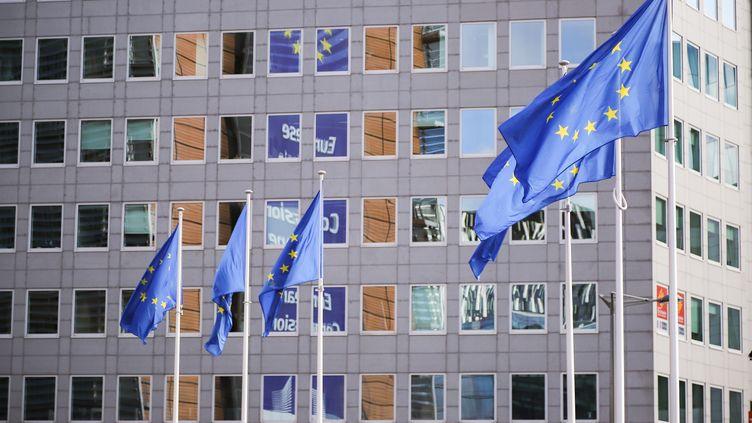 Les drapeaux européens flottent devant la Commission européenne, à Bruxelles (Belgique), le 17 octobre 2019. (NICOLAS ECONOMOU / NUR PHOTO / AFP)