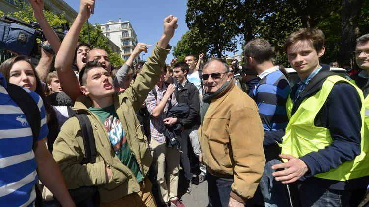 """Les élèves du lycée Clemenceau de Nantes (Loire-Atlantique) font face, le 15 mai 2014, à une centaine de représentants de la Manif pour tous au sujet de""""Journée de la jupe"""" organisée par des lycéens de l'académie de Nantes. (  MAXPPP)"""