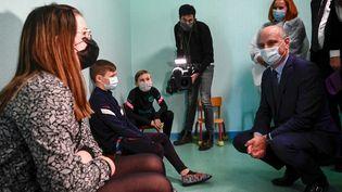 Le ministre de l'Education, Jean-Michel Blanquer, en visite dans une école deLavoncourt (Haute-Saône),pour le lancement des tests salivaires, le 1er mars 2021. (SEBASTIEN BOZON / AFP)