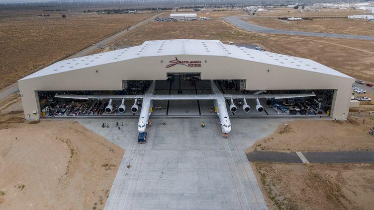 L'appareil repose sur 28 roues, pèse près de 230 tonnes et a une envergure de 117 mètres pour une longueur de plus de 72 mètres. (APRIL KELLER / STRATOLAUNCH SYSTEMS CORP / AFP)