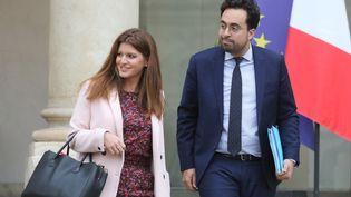 Marlène Schiappa et Mounir Mahjoubi, sur les marches du palais de l'Elysée, le 26 novembre 2018. (LUDOVIC MARIN / AFP)