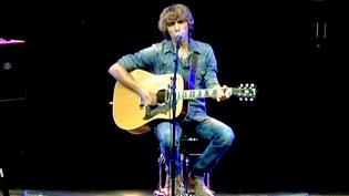 Flo Bauer, seul avec sa guitare devant 10 000 personnes à la Foire aux Vins de Colmar  (France 3 / Culturebox)