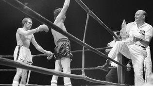 Carlos Monzon célèbre sa victoire face à Jean-Claude Bouttier le 30 septembre 1973 à Roland-Garros. (AFP)