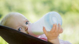 Lactalis a retiré du marché douze lots de laits infantiles commercialisés sous trois marques en raison d'un soupçon de contamination par des salmonelles.(Photo d'illustration) (MAXPPP)