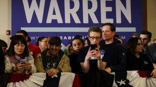 Des partisans d'Elizabeth Warren attendent les résultats des caucus démocrates à Des Moisnes, dans l'Iowa, le 3 février 2020. (CHIP SOMODEVILLA / GETTY IMAGES NORTH AMERICA / AFP)