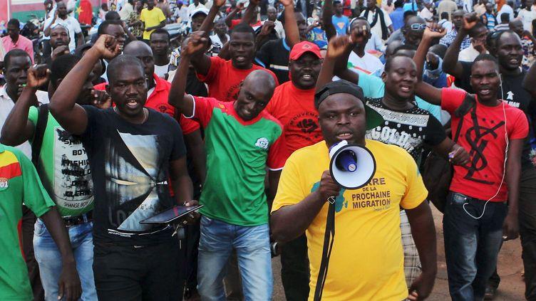 Des manifestants protestent contre la garde présidentielle qui détient le président et son Premier ministre àOuagadougou (Burkina Faso), le 16 septembre 2015. (JOE PENNEY / REUTERS)