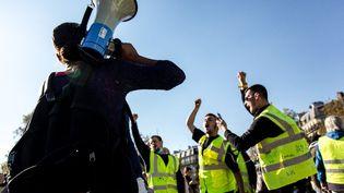 """Des opposants au pass sanitaire et des """"gilets jaunes"""" manifestent à Paris, le 16 octobre 2021. (KATIA ZHDANOVA / HANS LUCAS / AFP)"""