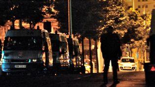Des camions de police, à Amiens, le 15 août 2012. (PHILIPPE HUGUEN / AFP)