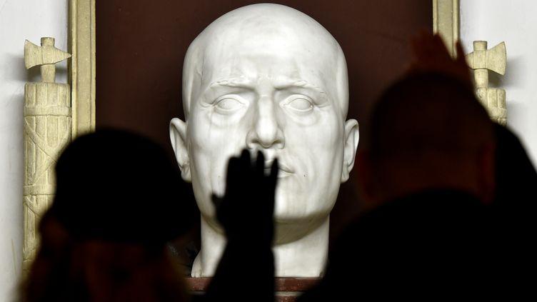 Des militants d'extrême droite font le salut fasciste devant la tombe de l'ancien dictateur Benito Mussolini le 24 avril 2016 àPredappio, en Italie. (TIZIANA FABI / AFP)