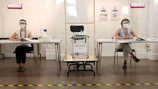 Un bureau de vote à Paris, le 28 juin 2020. (BERTRAND GUAY / AFP)