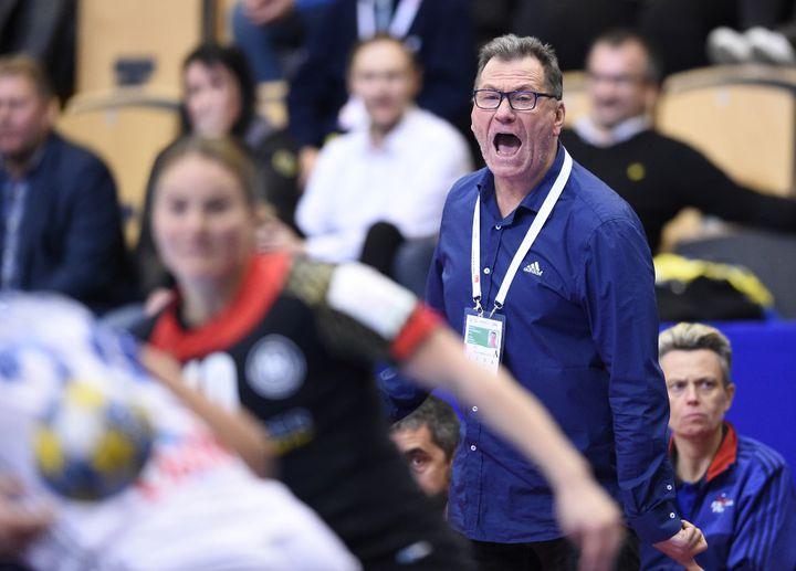 Olivier Krumbholz donne de la voix lors d'un match de l'Euro 2016 (JONATHAN NACKSTRAND / AFP)
