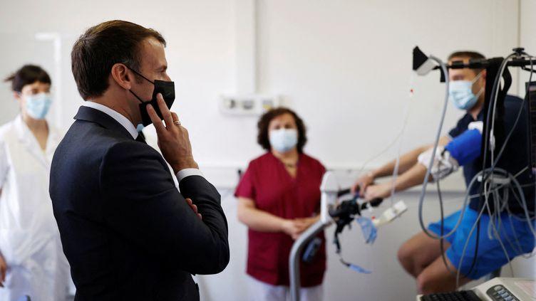 Le président de la République, Emmanuel Macron, en visite à l'hôpital Foch de Suresnes (Hauts-de-Seine), le 22 avril 2021. (CHRISTIAN HARTMANN / AFP)