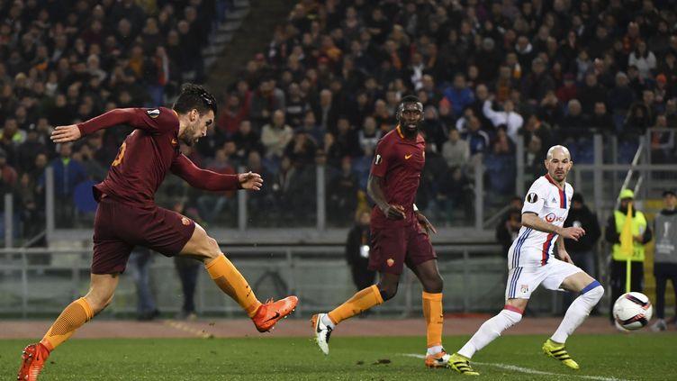 Le milieu de terrain de l'AS rOMEKevin Strootman lors des huitièmes de finale aller de la Ligue Europa, à Rome, le 16 mars 2017. (ANDREAS SOLARO / AFP)