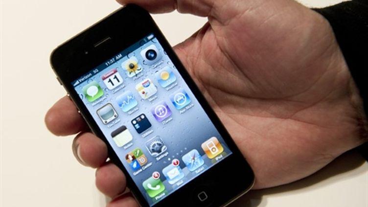 L'iPhone mini devrait être moitié moins grand que cet appareil, l'iPhone 4. (AFP PHOTO/DON EMMERT)