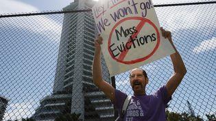 Un homme proteste contre lesavis d'expulsion, devant un immeuble à Miami (Floride, Etats-Unis), le 8 juin 2021. (JOE RAEDLE / GETTY IMAGES NORTH AMERICA / AFP)