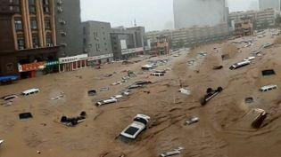 Dans les rues de Zhengzhou, les voitures ont été littéralement englouties par des précipitations monstres. (EYEPRESS NEWS / AFP)