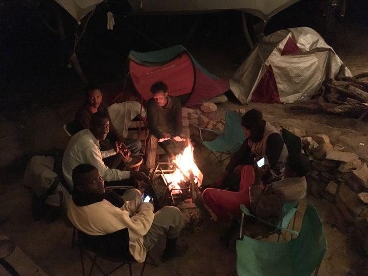 Des cabanes, des tentes et des caravanes installées sur le terrain de Cédric Herrou permettent d'accueillir plus d'une dizaine de migrants chaque soir. (SIMON GOURMELLET / FRANCEINFO)