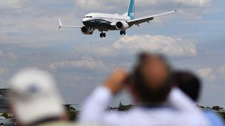 Un Boeing 737 Max atterrit lors d'une présentation auSalon aéronautique de Farnborough (Royaume-Uni), le 16 juillet 2018. (BEN STANSALL / AFP)