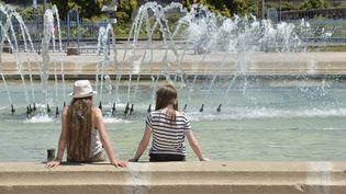 Des adolescentes se rafraîchissent, le 30 juin 2015, à Limoges (Haute-Vienne). (PASCAL LACHENAUD / AFP)