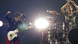 Muse sur scène à Amsterdam le 4 juin 2013, avec Matt Bellamy (à gauche) et le batteur Dominic Howard.  (Paul Bergen / ANP / AFP)