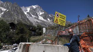 Une route fermée en prévision de l'effondrement possible du glacier de Planpincieux, le 6 août 2020 à Courmayeur (Italie). (MARCO BERTORELLO / AFP)