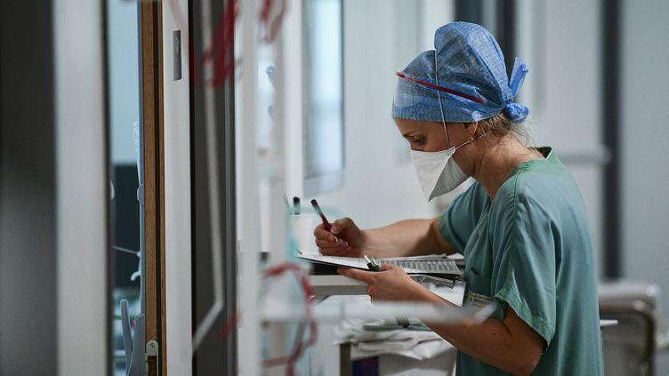 Une soignanteà l'hopîtal Pasteur de Colmar (Haut-Rhin), le 22 avril 2021. (SEBASTIEN BOZON / AFP)